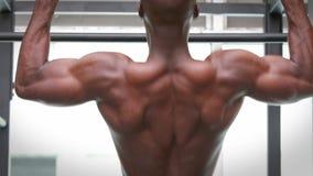 O homem que faz a tração levanta no gym do crossfit filme