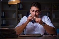 O homem que fica tarde na noite e na marijuana de fumo Foto de Stock