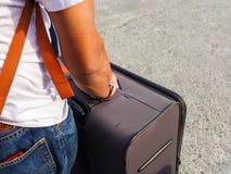 O homem que guarda a bagagem preta fotos de stock royalty free