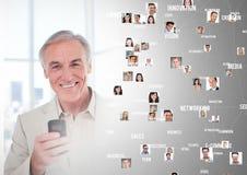 O homem que guarda o telefone com os retratos do perfil dos povos contacta Fotos de Stock