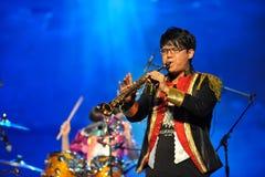 O homem que joga o clarinete foto de stock royalty free