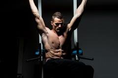 O homem que novo fazer empurra levanta no gym Imagens de Stock