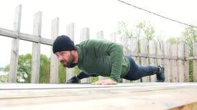 O homem que novo forte fazer empurra levanta em uma mão verão masculino do ar livre do treinamento do exercício do desportista do video estoque