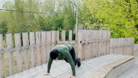 O homem que novo forte fazer empurra levanta verão masculino do ar livre do treinamento do exercício do desportista do atleta que vídeos de arquivo