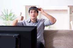 O homem que olha a tevê 3d em casa Foto de Stock Royalty Free