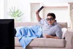 O homem que olha a tevê 3d em casa Fotos de Stock Royalty Free