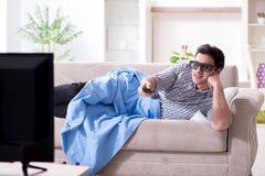 O homem que olha a tevê 3d em casa fotografia de stock royalty free