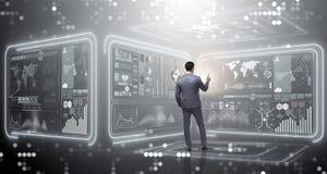O homem que pressiona o botão virtual no conceito da mineração de dados fotos de stock royalty free