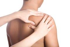O homem que recebe a massagem suporta sobre do ombro Foto de Stock