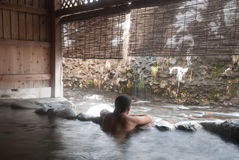 O homem que relaxa no japonês onsen Fotografia de Stock Royalty Free