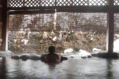 O homem que relaxa no japonês onsen Foto de Stock Royalty Free