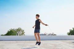 O homem que salta na corda de salto Homens novos da descida asiática com na fotografia de stock