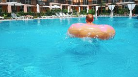 O homem que salta na piscina no dia ensolarado filme