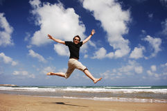 Homem na praia Serie foto de stock
