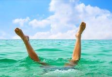 O homem que salta no oceano Fotos de Stock Royalty Free