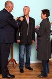 O homem que tem a anunciou o terno cabido. foto de stock