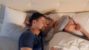 O homem que tenta seduzir a mulher de sono Retrato 4K vídeos de arquivo
