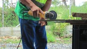 O homem que trabalha com uma mão do corte do metal viu fora vídeos de arquivo