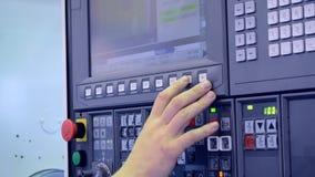 O homem que trabalha no painel de controle trabalha com um close-up industrial da máquina filme