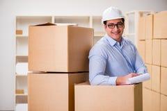 O homem que trabalha no serviço do internamento da entrega da caixa Imagens de Stock Royalty Free
