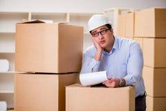 O homem que trabalha no serviço do internamento da entrega da caixa Foto de Stock Royalty Free