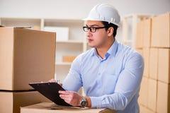 O homem que trabalha no serviço do internamento da entrega da caixa Fotografia de Stock
