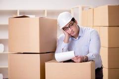 O homem que trabalha no serviço do internamento da entrega da caixa Imagens de Stock