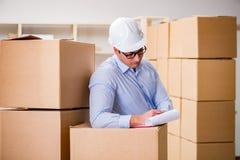 O homem que trabalha no serviço do internamento da entrega da caixa Fotografia de Stock Royalty Free