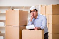 O homem que trabalha no serviço do internamento da entrega da caixa Imagem de Stock Royalty Free