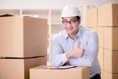 O homem que trabalha no serviço do internamento da entrega da caixa Imagem de Stock