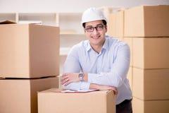 O homem que trabalha no serviço do internamento da entrega da caixa Foto de Stock