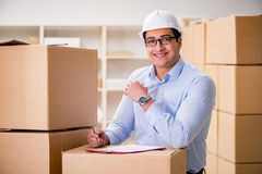 O homem que trabalha no serviço do internamento da entrega da caixa Fotos de Stock