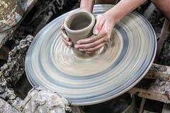 O homem que usa a cerâmica do mecânico fez o produto de cerâmica, tradicional de Tailândia Imagem de Stock Royalty Free