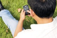 O homem que usa o telefone de pilha Fotografia de Stock Royalty Free