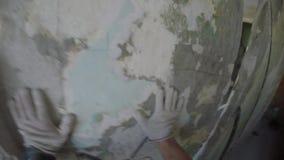 O homem quebra um muro de cimento vídeos de arquivo