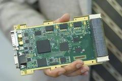 O homem realiza em seus componentes eletrônicos do oboruzhdovaniya das mãos imagens de stock