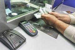 O homem recebe o dinheiro em um banco Foto de Stock