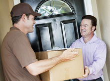 O homem recebe a entrega do pacote Foto de Stock Royalty Free