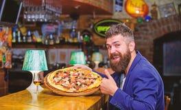 O homem recebeu a pizza deliciosa Aprecie sua refei??o Conceito da refei??o da fraude Alimento favorito do restaurante da pizza P fotos de stock