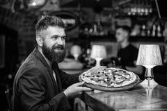 O homem recebeu a pizza deliciosa Aprecie sua refei??o Conceito da refei??o da fraude O moderno com fome come a pizza italiana Fa foto de stock royalty free