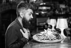 O homem recebeu a refei??o com os peixes fritados da batata cola a carne Merece a refei??o deliciosa Aprecie sua refei??o Petisco fotos de stock