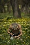 O homem recolhe wildflowers Imagens de Stock Royalty Free