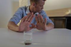 O homem recusa a vodca bebendo Fotografia de Stock Royalty Free