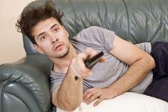 O homem relaxa após a tevê do trabalho e da observação fotografia de stock royalty free