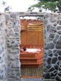 O homem relaxa no Jacuzzi exterior Imagens de Stock