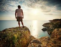O homem relaxa no mar Imagens de Stock
