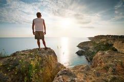O homem relaxa no mar Fotografia de Stock
