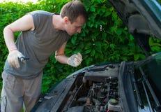 O homem repara o carro Imagens de Stock Royalty Free