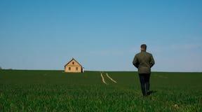 O homem retorna em casa na estrada fotos de stock royalty free