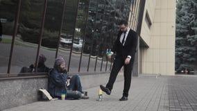 O homem rico bani os pobres Fotografia de Stock Royalty Free